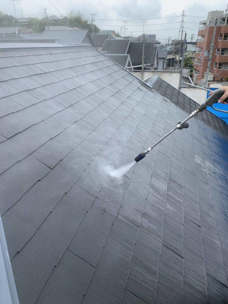 スレート屋根高圧洗浄中